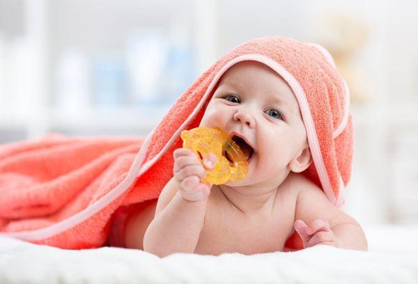 Чешутся зубки у новорожденного