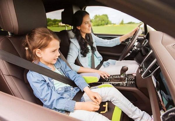 Мама с дочкой в машине